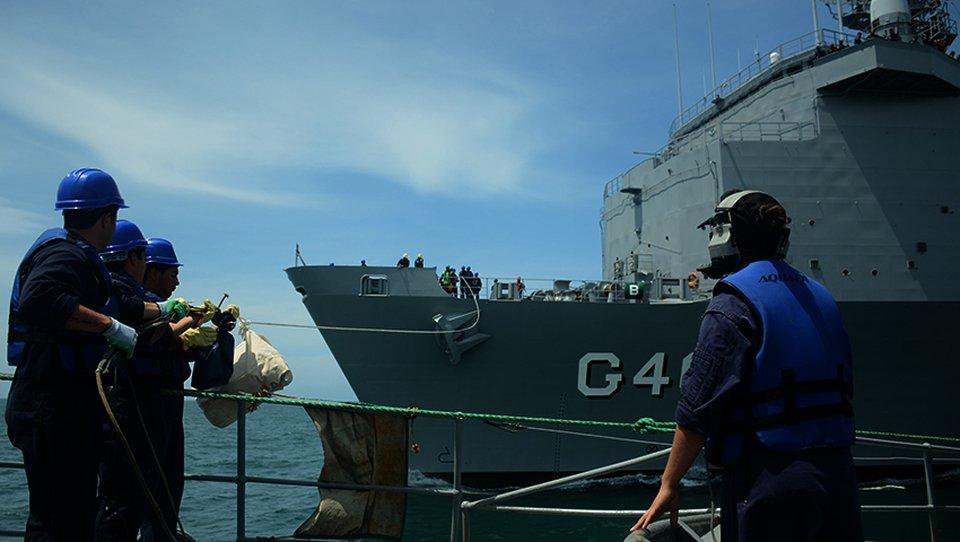 """Los buques """"Bahia"""" y """"Barroso"""" visitan el puerto de Mar del Plata C3IFkWBXgAIDJmd"""