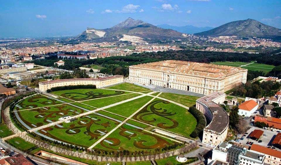 イタリアの世界遺産 カゼルタ王宮[Reggia di Caserta]  ナポリ北部郊外カゼルタにある巨大な王宮です。 人口滝やギリシア神話の彫刻を象った噴水の彩る素晴らしい庭園を持ち、のんびりした気持ちで散歩したくなる場所です!