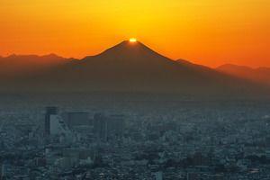 太陽が富士山頂に重なり光を放つ「ダイヤモンド富士」が、東京都内などで見られました。次回は28日が狙い…