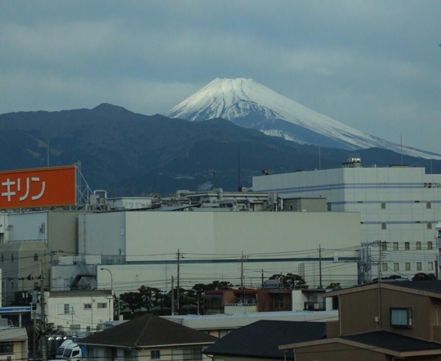 【本日の富士山】 雲がかかっておらずはっきりと見ることができました。 シャッターを押した瞬間にキリン…