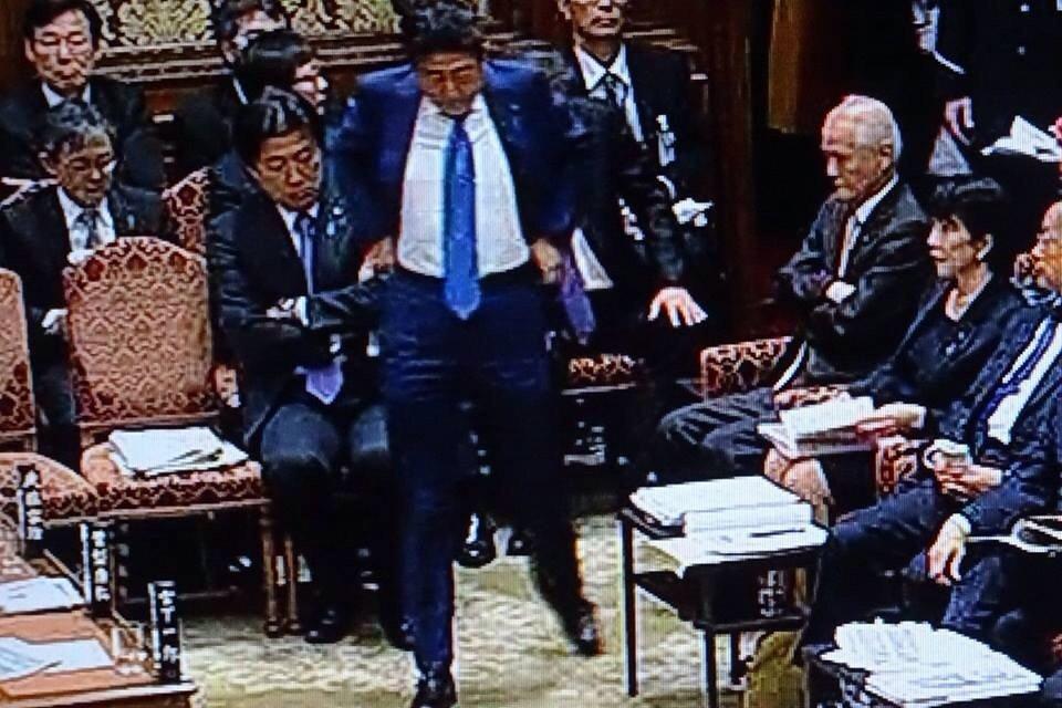 今日の国会。民進の指名中に中座した総理はズボンを直しながら戻り席につく前に大きな伸びをした。それを見…