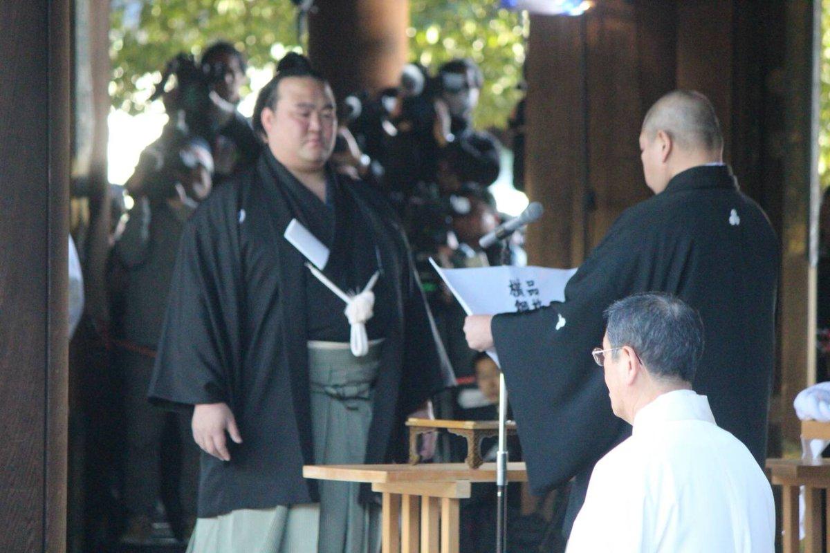 <横綱推挙状授与式・奉納土俵入り>横綱推挙状授与式、八角理事長が横綱推挙状を手渡す。 #sumo