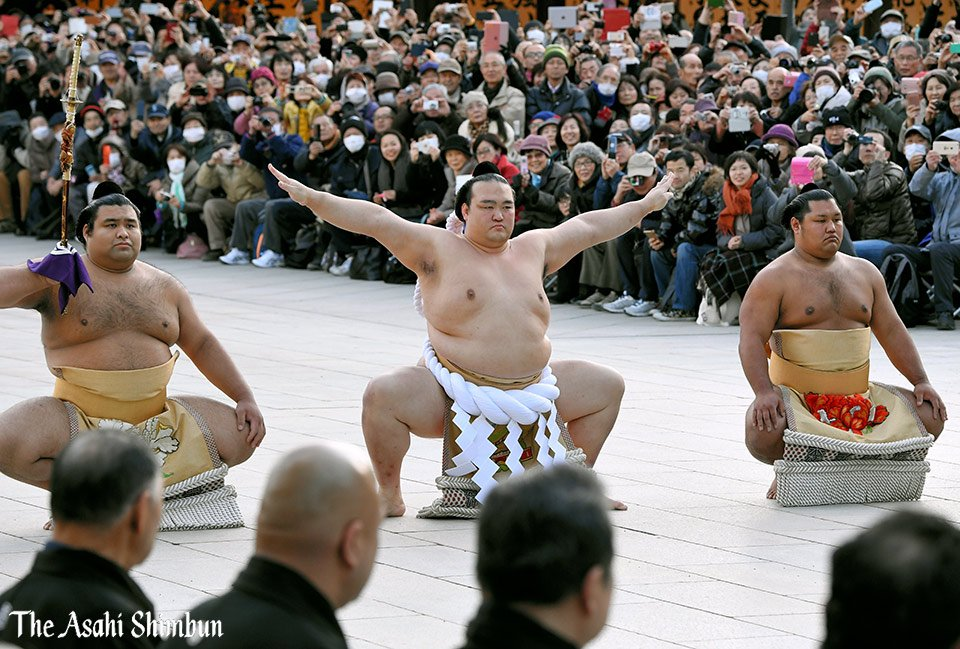 72代横綱に昇進した稀勢の里が東京の明治神宮で土俵入りを奉納しました。竹花徹朗カメラマンの撮影です。…