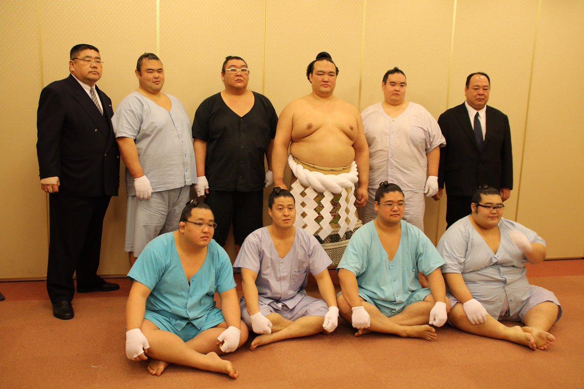 <奉納土俵入り>稀勢の里と若い衆、頭での記念撮影。 #sumo