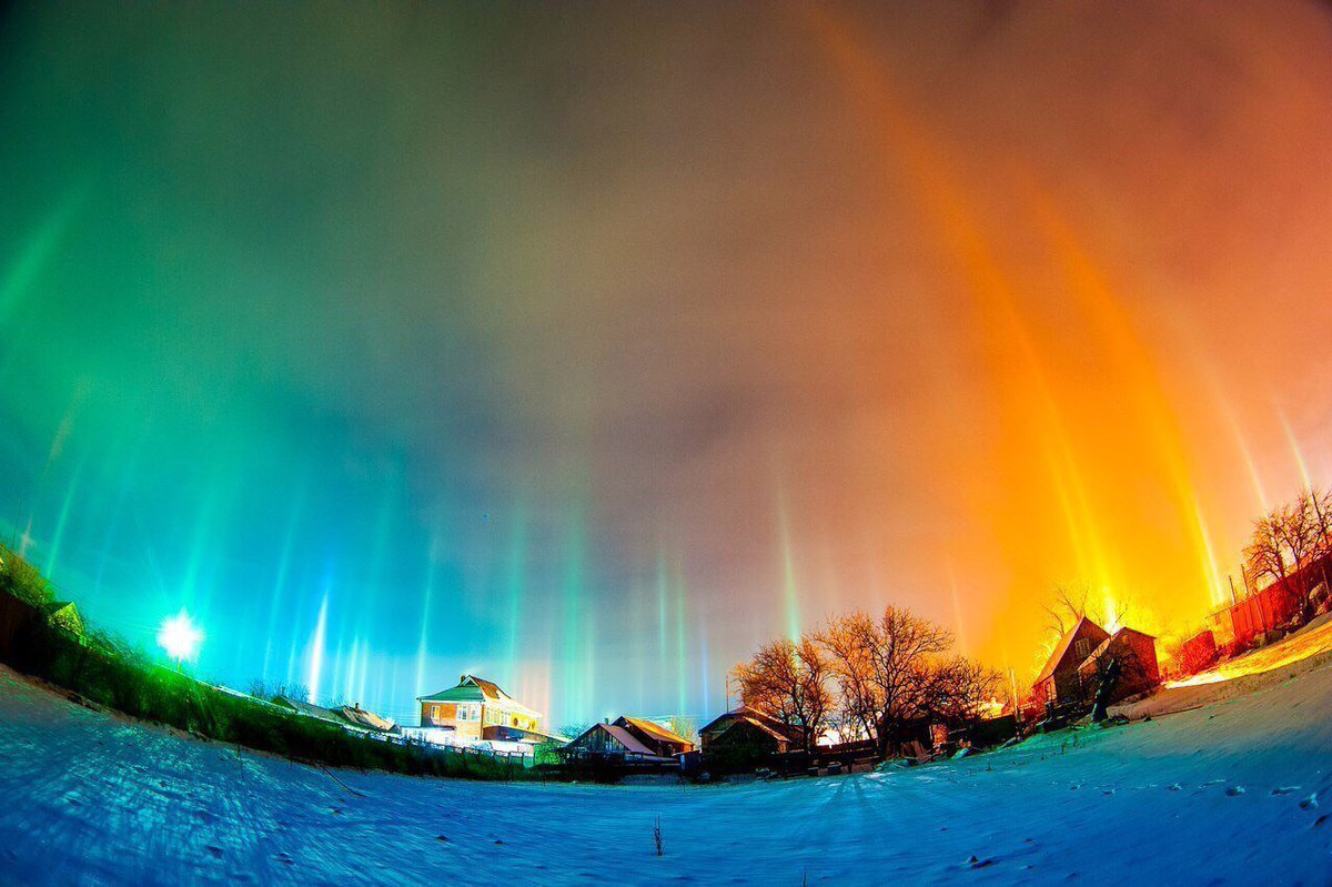 Magical 'light pillar' phenomenon spotted across Russian skies  C3MRDJ3WMAAvpOS