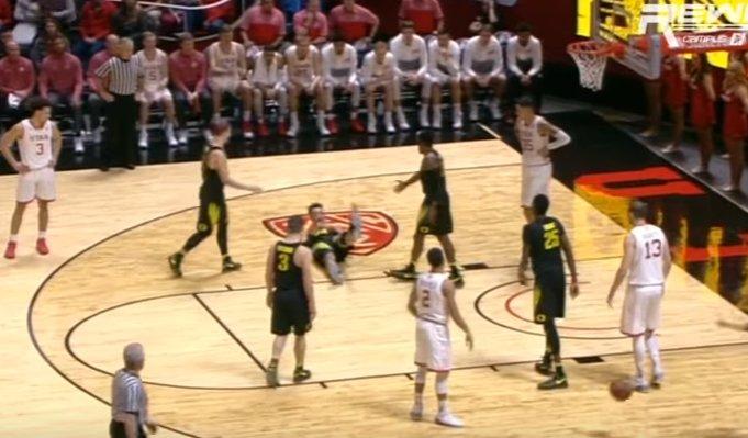 【影片】我一定要倒下!NCAA俄勒岡大學球員上演超級假摔