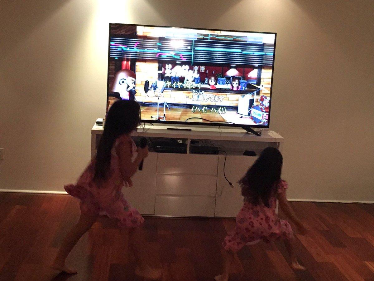 いつの間にか娘達が任天堂カラオケを始めてた。選曲も彼女たち。 え?こんなん歌われると泣けるし・・・ https://t.co/BCRzjy0ZsH