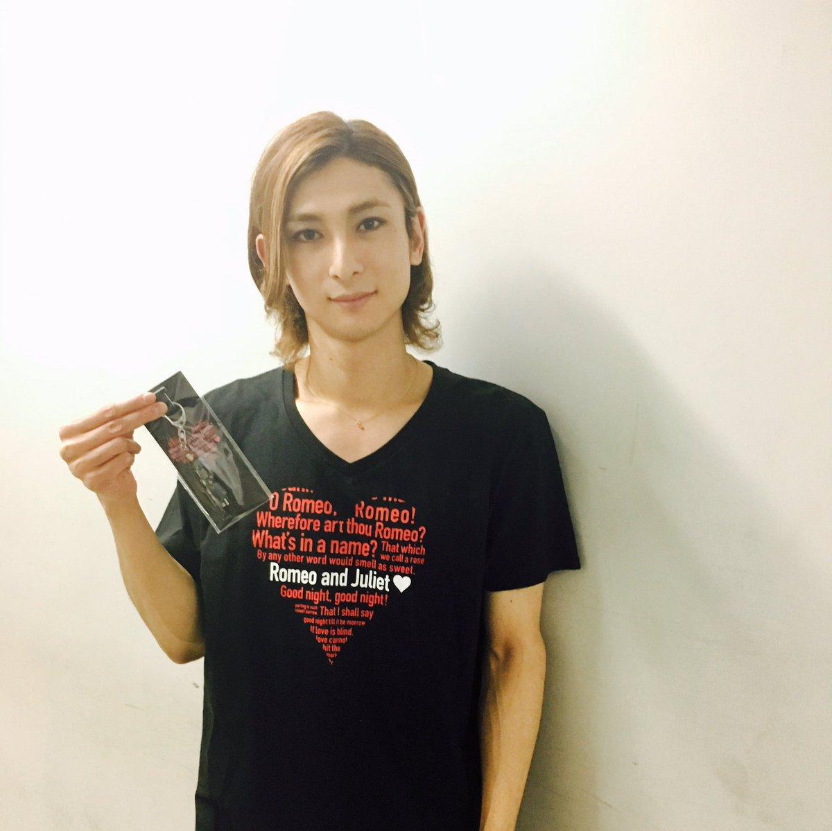 アフタートーク前の #古川雄大 さんを発見!ご本人のアクリルキーホルダーを持っていただき、写真を撮らせて頂きました♪ https://t.co/K2Kkfe15Tr