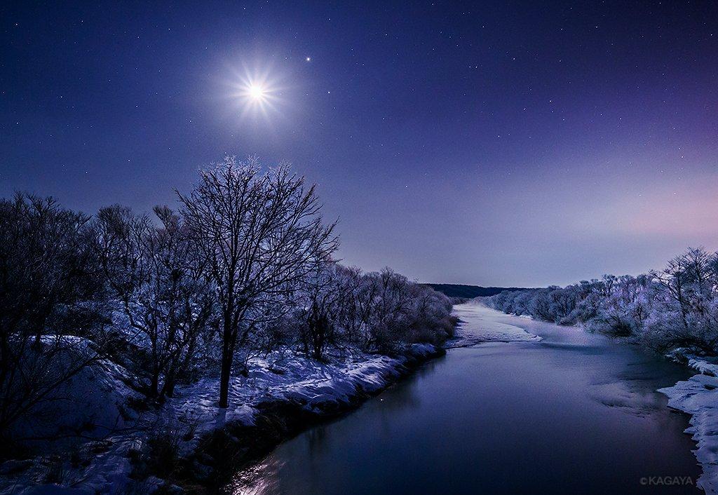 白い月夜。 月光の下、霧氷が何もかも真っ白にしてしまう夜。(先日、北海道にて撮影) 今日もお疲れさま…