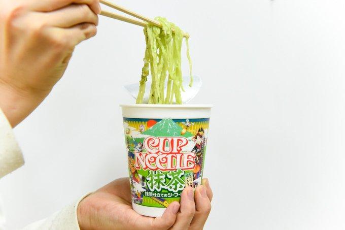 「カップヌードル 抹茶」をレポート - 緑色の麺とスープ、違和感のないミルキーな味わい fashio…
