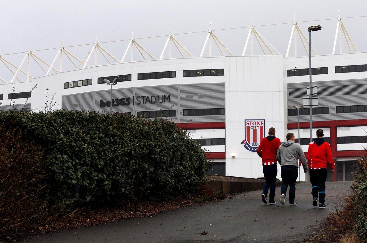 Video: Arsenal arrive at Stoke, Mertesacker back in the squad