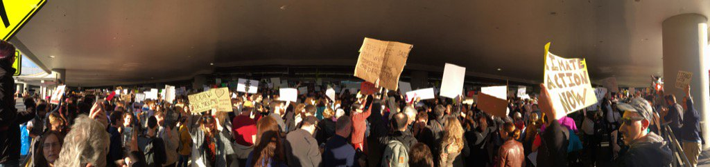 Arrivals road at #SFO shut down. #NoBanNoWall https://t.co/7NqSoId6kW