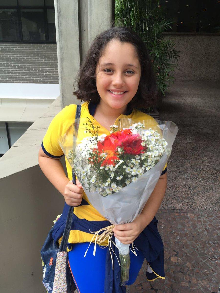 Essa moça,de 11anos cham-se juliana.Vestiu-se de amarelo e foi a porta do Hosp Sirio Libanês para....deixar flores e energia p/DMarisa