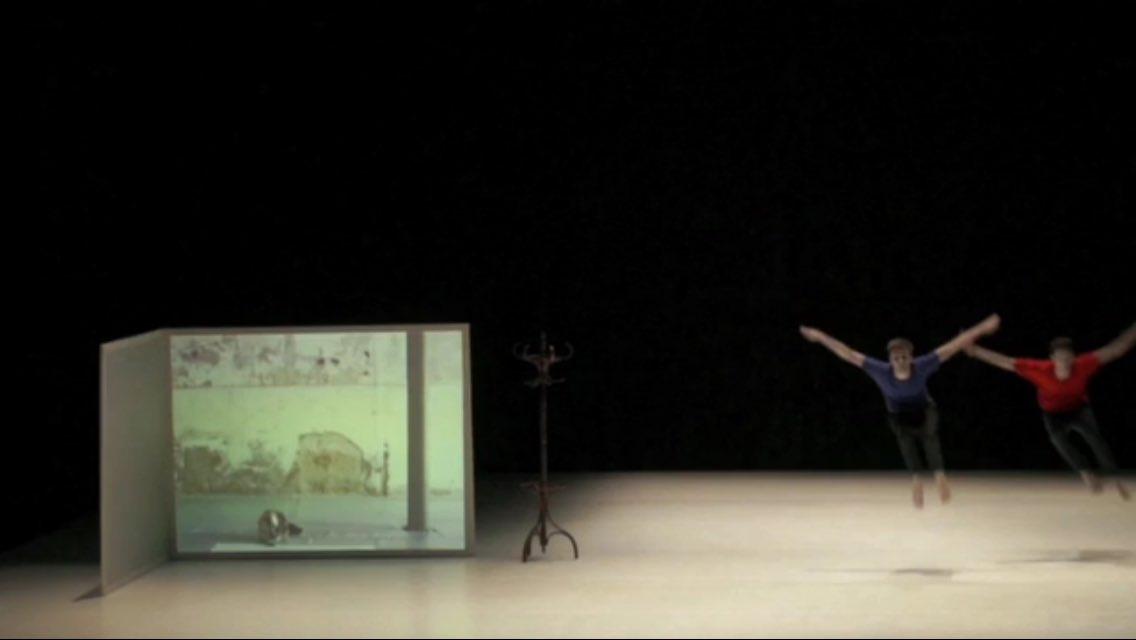 #Autointitulado Cyriaque Villemaux & João dos Santos Martins exemplifica l'esforç del ballarí enfront del soroll ambiental @SalaHiroshima https://t.co/uH6F8EEpAA