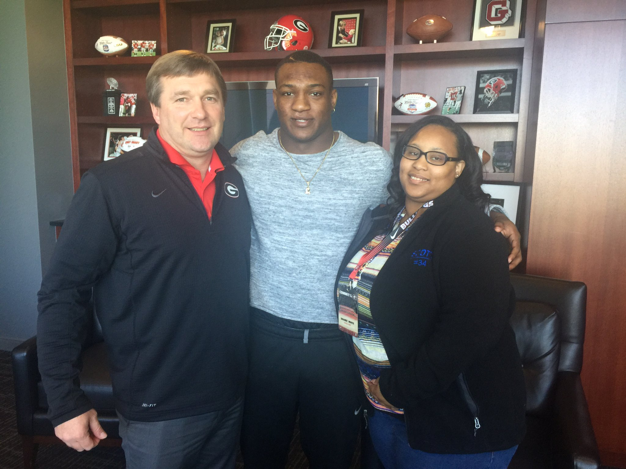 2018 RB Zamir White (middle) and his mom, Shanee White (right) with Georgia Head Coach Kirby Smart (Photo from Zamir White/Twitter)