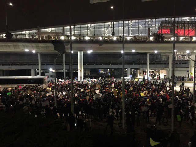 All O'Hare detainees have been released! Protesters erupt in cheers https://t.co/TtIpdoj1je https://t.co/oZ6frXqEYq