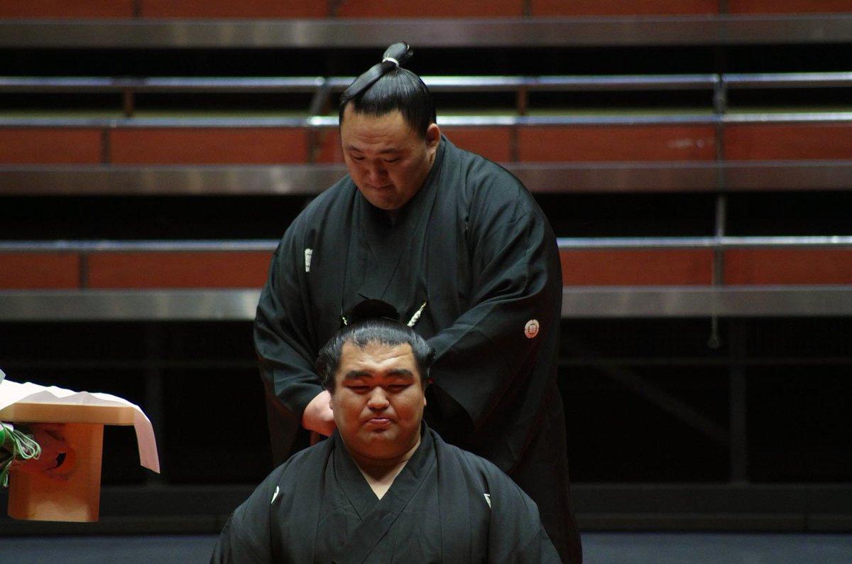 <玉飛鳥断髪式>ハサミを入れる豪風、髙安、琴奨菊。同部屋の玉鷲。#sumo