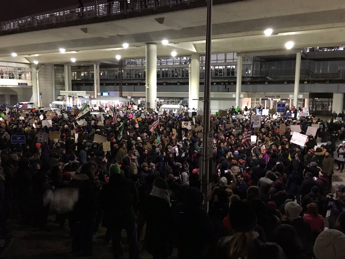 Easily 1000+ people at O'Hare right now. #NoBanNoWall https://t.co/qMEblutPac