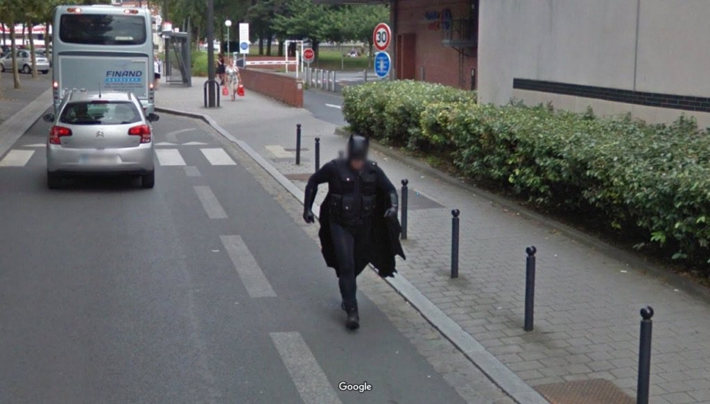 この世界中のGoogleストリートビューの写真をまとめたtumblrが好きなんだけど、フランスでまさかの人物が写り込んでいて笑った。徒歩かよ…。 streetworldview.tumblr.com pic.twitter.com/TjLfCBMtG9