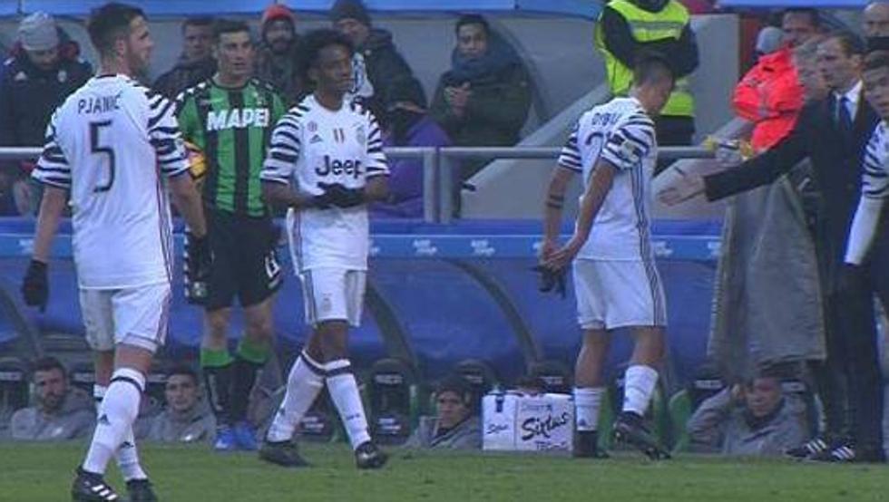 """Sassuolo-Juventus: Dybala sostituito da Allegri, è polemica. Higuain: """"Stia tranquillo"""""""