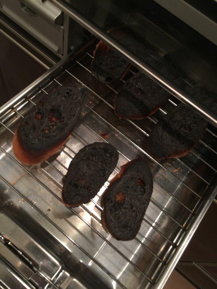 おしゃれを気取って撮った写真と現実の黒こげパン。本日ワイン4本目。