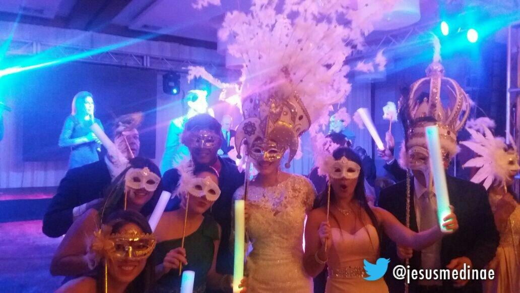 c982ad815c Así el gobernador Mata Figueroa le quitó el liguero a su esposa en la  fiesta de más d 600 invitados Rolo de rumba pic.twitter.com jl9TBkp5tE