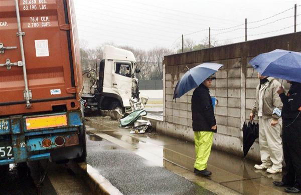 """早朝、警察学校トラック""""突入""""ブロック塀を壊す 雨スリップ?運転手「覚えてない」 - 産経ニュース …"""