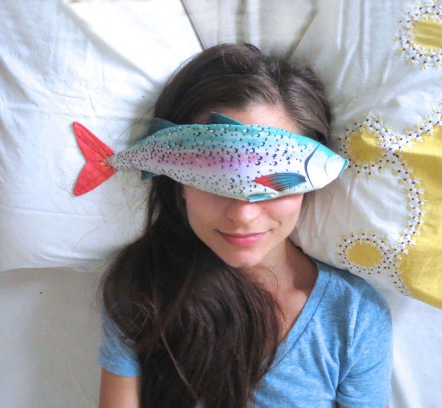 目の疲れを癒す魚のアイピロウ。色合いがみんなかわいい。冷やすこともできるとのこと。 https://t.co/O2ibB3vfRt https://t.co/rUOgYrDP65