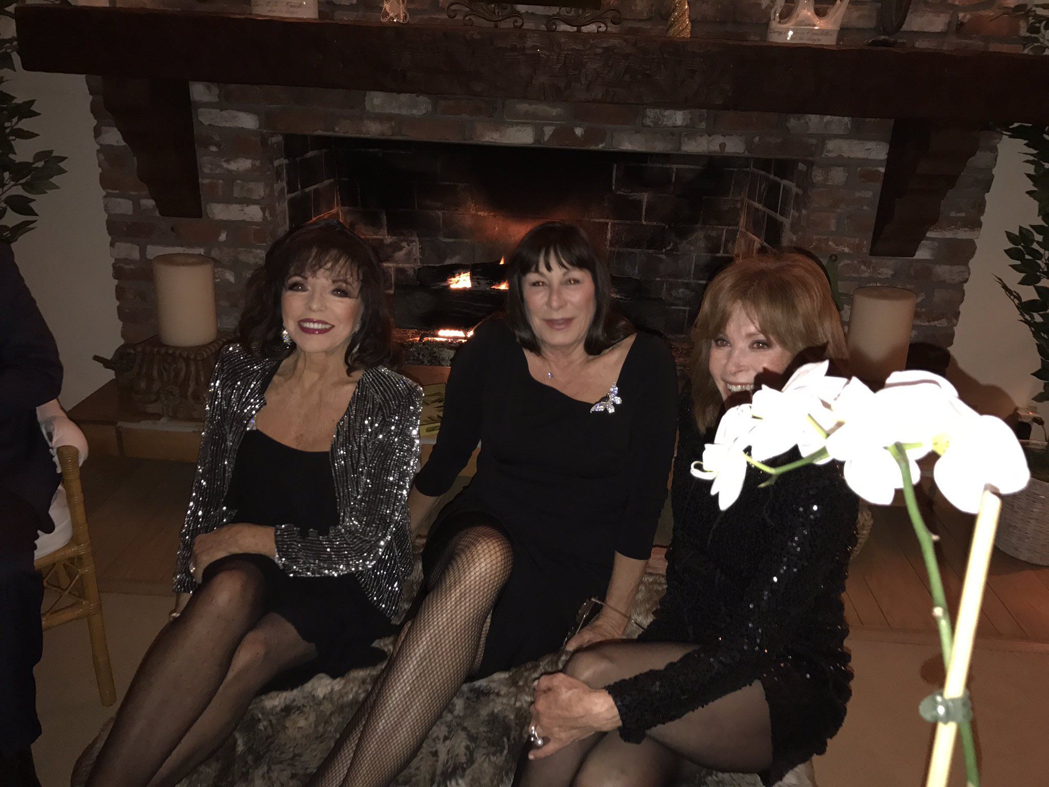 Oh @Joancollinsdbe how wonderful you, Anjelica and @Stefanie_Powers are looking this evening https://t.co/Vn8dnwJAyd