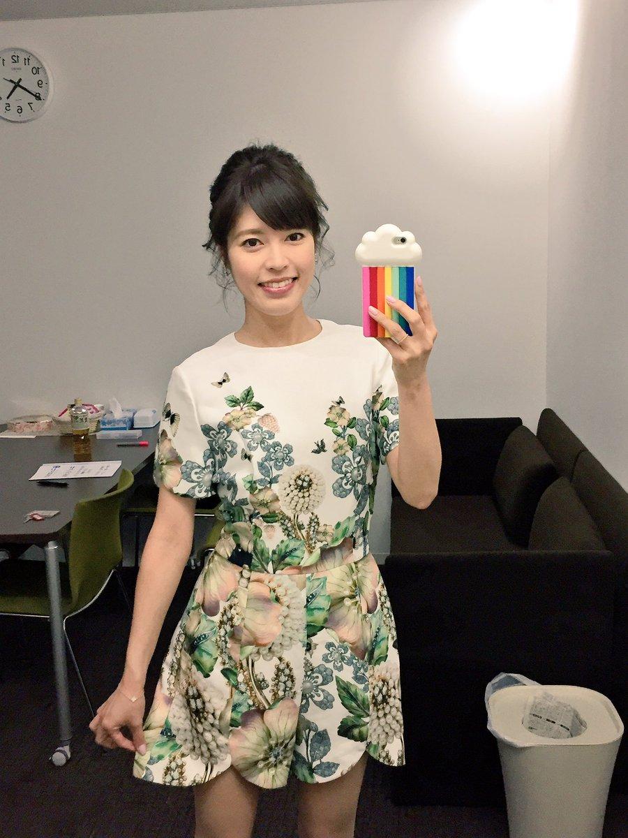 TED BAKERの上下が繋がっているサロペットを着ている神田愛花アナの画像