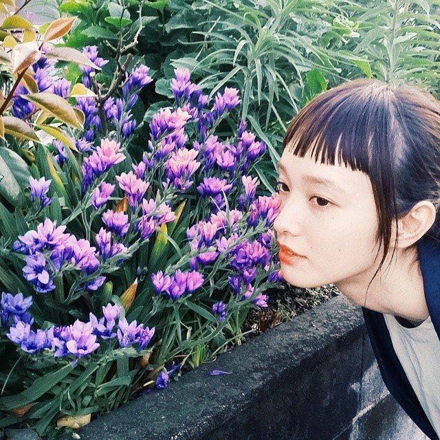 花の匂いを嗅ぐ萬波ユカ