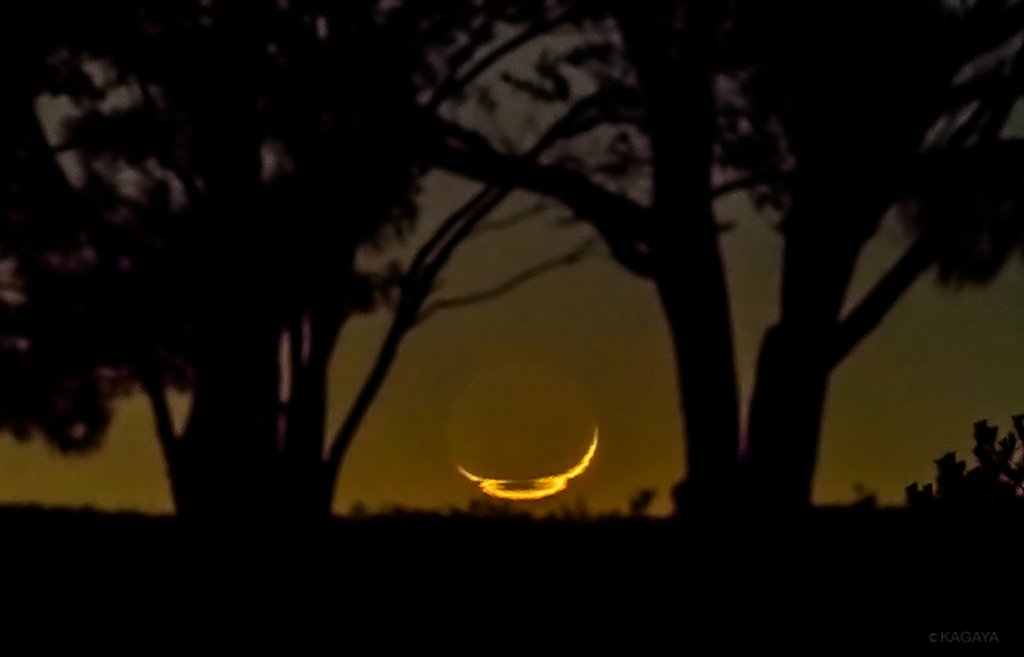 不思議な形に姿を歪めて沈む三日月。 月が水平線に沈む直前のわずかな時間、大気の影響で歪んで見えること…