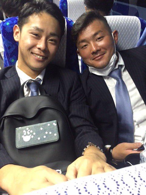 バスに乗り込んで宿舎に移動。「キャンプ頑張るぞ!」と江村選手と平沢選手。(広報) #chibalot…