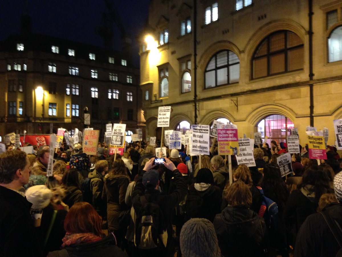 Hundreds gather in Cornmarket #Oxford for protest against President Trump's immigration ban https://t.co/T55ujngVXt https://t.co/3ipXuUVTgW