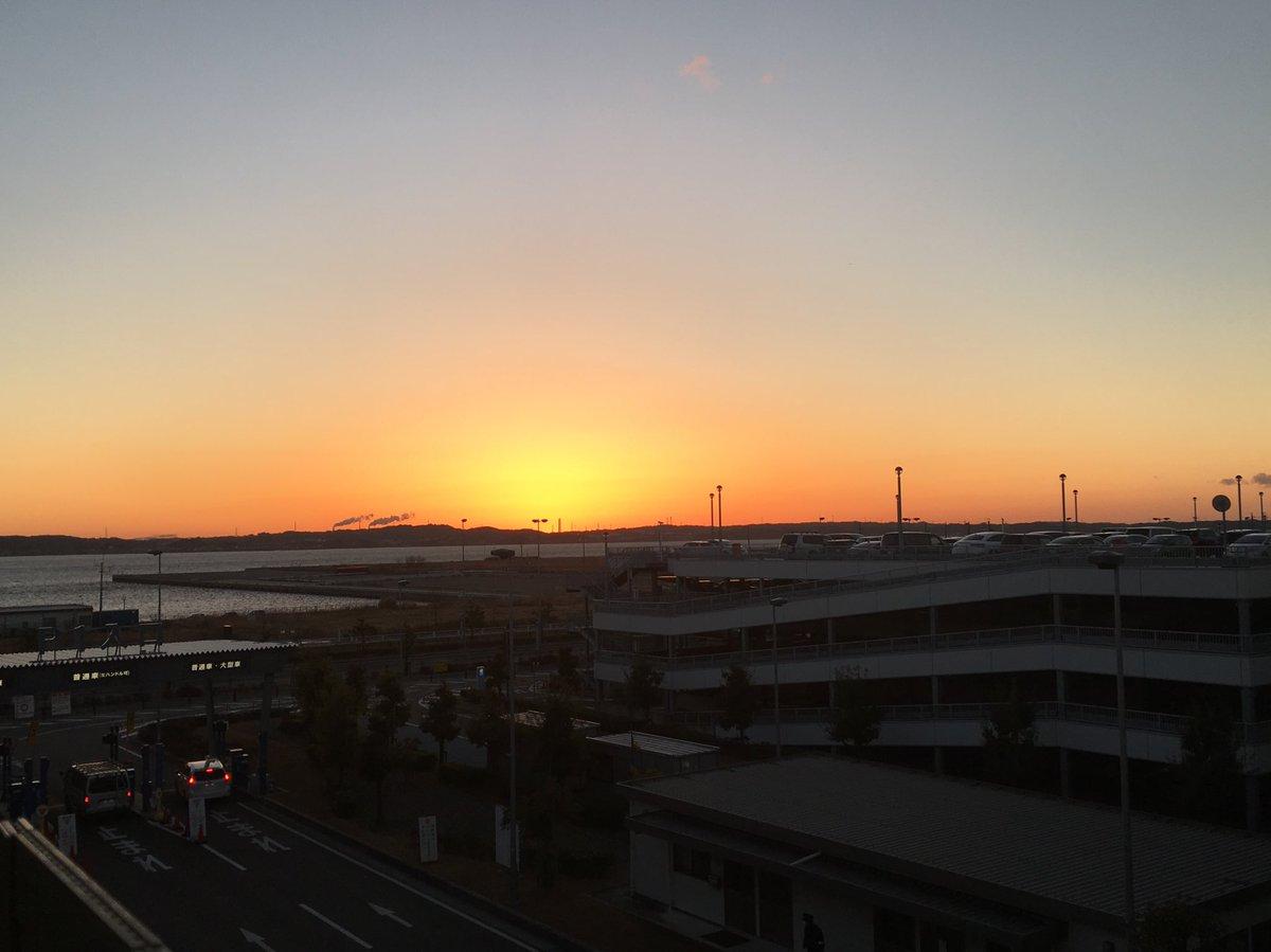 おはようございます。セントレアのアクセスプラザから綺麗な朝日見えました(^^)日の出の時間も前より早…