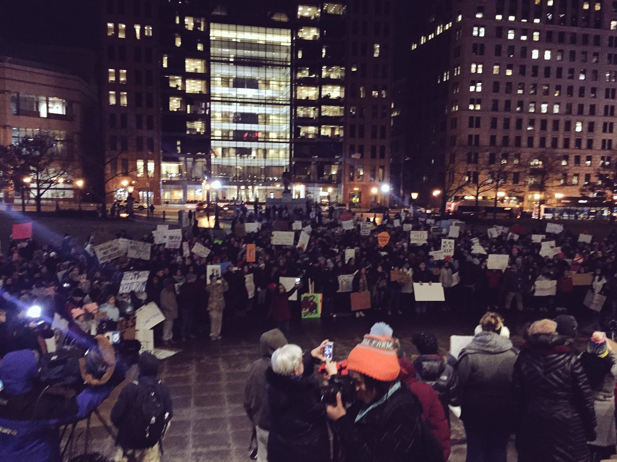 MASSIVE crowd gathering at the Ohio Statehouse to object to Trump's xenophobic policies #NoBanNoWall  #organizeCBUS https://t.co/xeQ3bmNkzx
