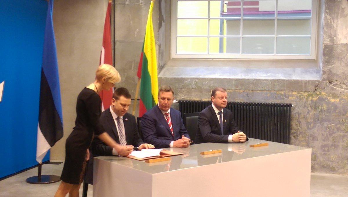 @MarisKucinskis @ratasjuri  LT Prime Minister sign #RailBaltica agreement https://t.co/LabX6ZNBFe