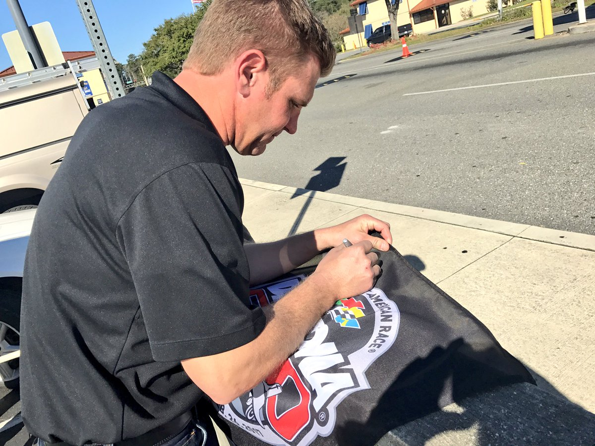 Want to win a #DAYTONA500 flag signed by @ClintBowyer?! RETWEET and we'll pick a winner at 4pm ET! #ROADTODAYTONA500