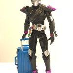 ウルトラマンにキャリーバッグを持たせるだけで、移動中のコスプレイヤ―に変身!