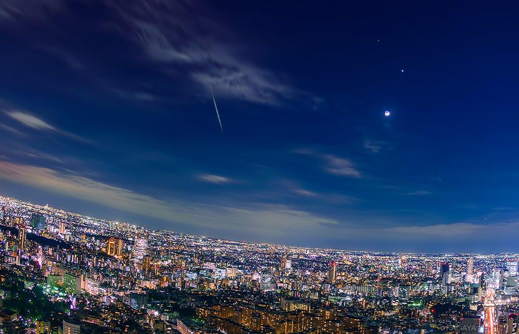 昨夜、東京で見られた明るい流れ星。写真右は月と金星です。 明るい夜景、細い月の形、流れ星を全て同時に…