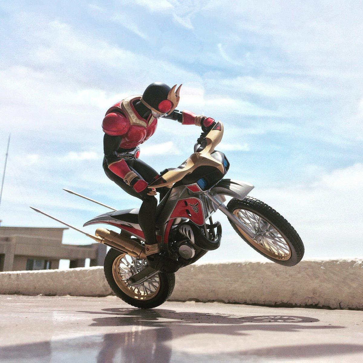 バイクを乗りこなす仮面ライダークウガの壁紙