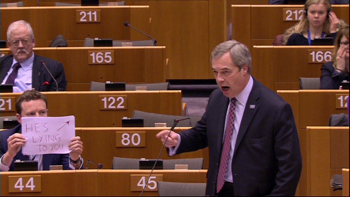 Gerade im Europaparlament: @SebDance trollt Nigel Farage.