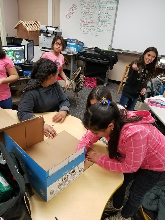 We are building our creative robot...can't wait to program them #GirlsBuildLA #FULLSPEEDAHEAD https://t.co/lrouz0NZxx