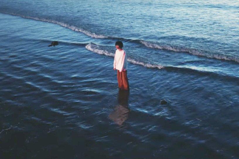 米津玄師のニューシングル「orion」のミュージックビデオが公開されました。真冬の海で撮影 fash…