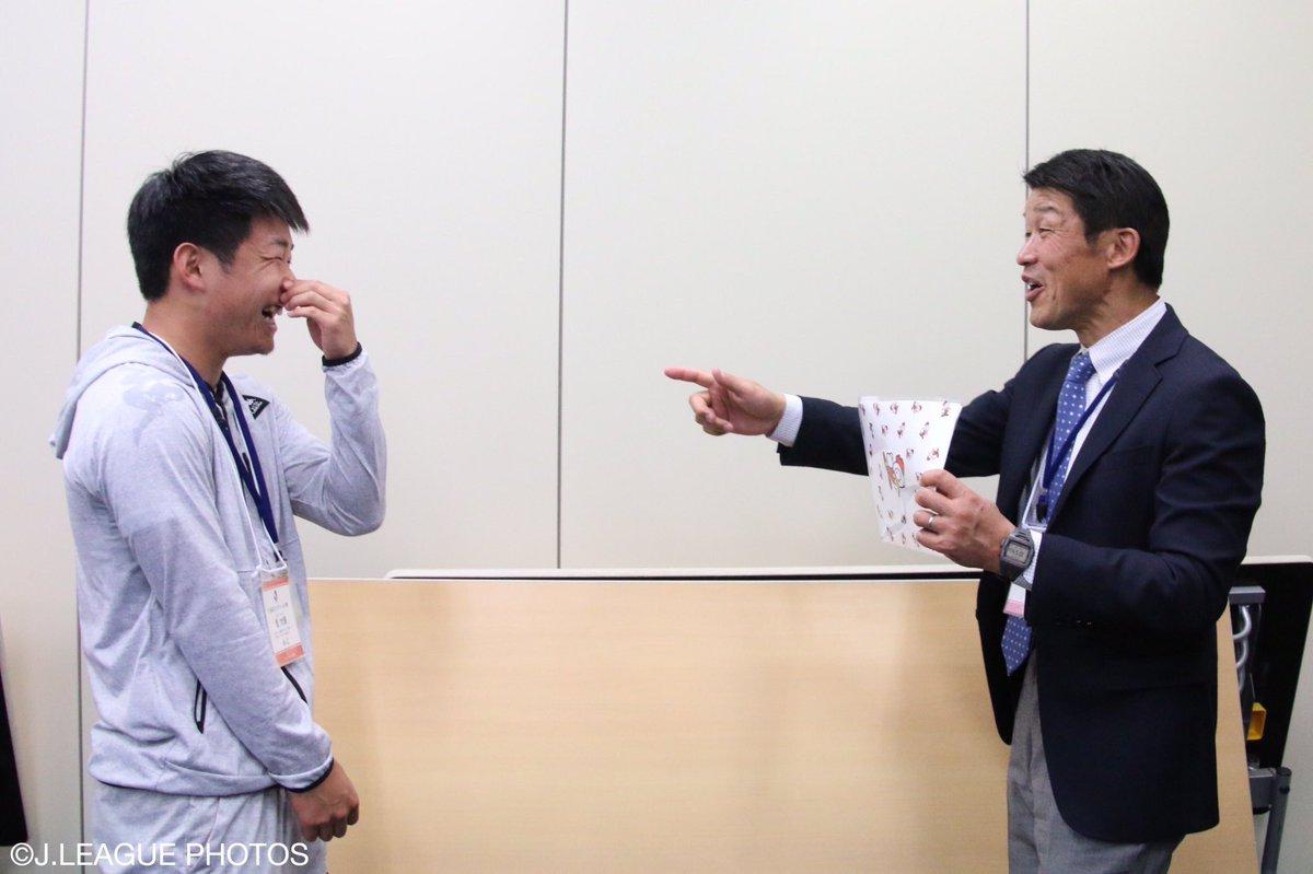 【#Jリーグ新人研修 🔰】 インタビューにはまだ慣れていない、ルーキー のみなさん🌱  ペアを組んで…