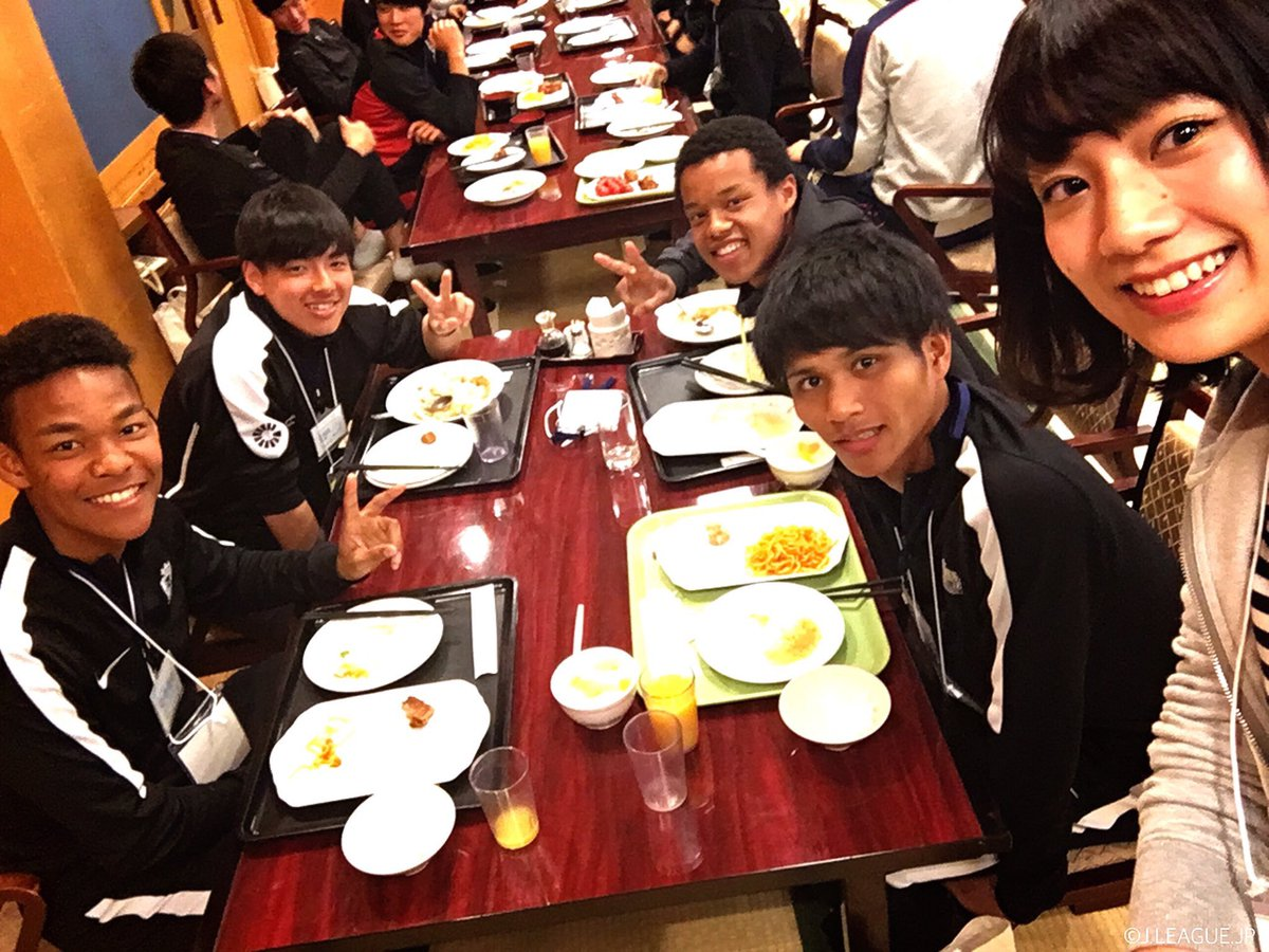 【#Jリーグ新人研修 🔰】  女子マネ #サトミキ @sato_miki626 も昼食会場に登場👀 …
