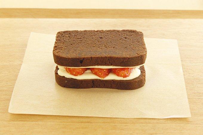トラヤカフェのバレンタイン限定メニュー - 定番のフォンダンにクリームチーズとあまおうを挟んで fa…