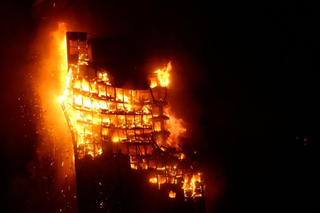 Hoy en #EtiquetaNegra recordamos el caso del incendio del #EdificioWindsor hace ya 12 años; ahora mismo en 88.6FM y  http://www. m21radio.es  &nbsp;  <br>http://pic.twitter.com/CJ6YO6AOPK