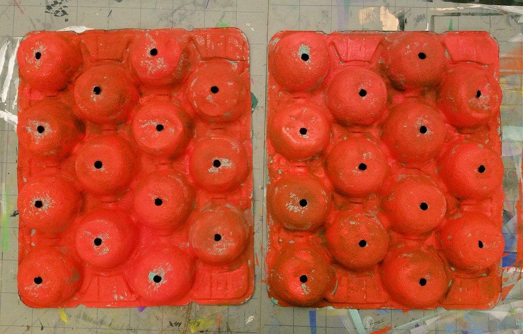 毎年恒例、明日の節分の鬼作りをスタート!今年の材料はリンゴが入ってたコレ!まずは赤く塗ります。