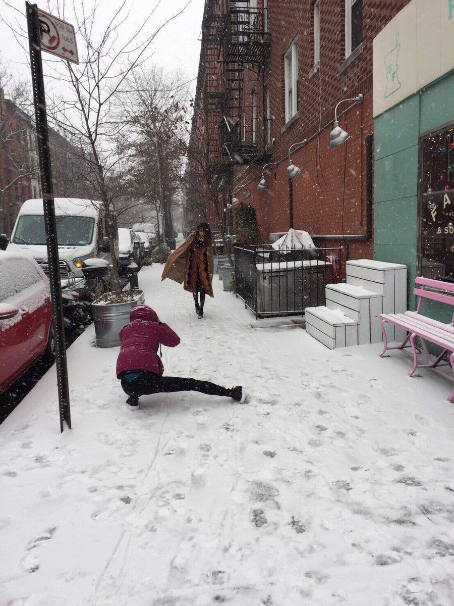 橋本奈々未写真集『2017』のオフショットを一枚。昨日ここで公開した雪の中のカット、実はこんな中、撮…